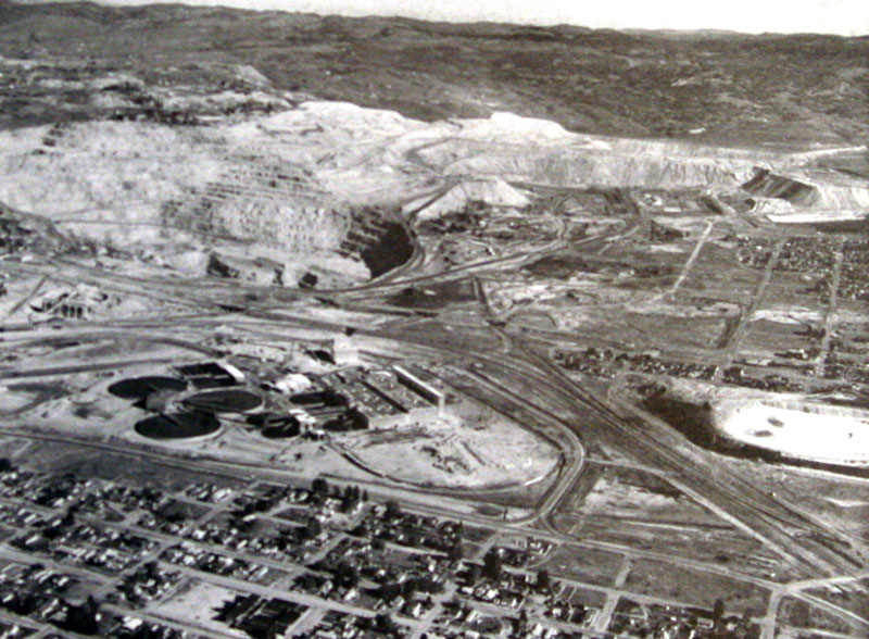 The Berkeley Pit in 1963, shortly after the construction of the Weed Concentrator seen below the Pit, with the city of Butte, Montana to the bottom and right in the photo.